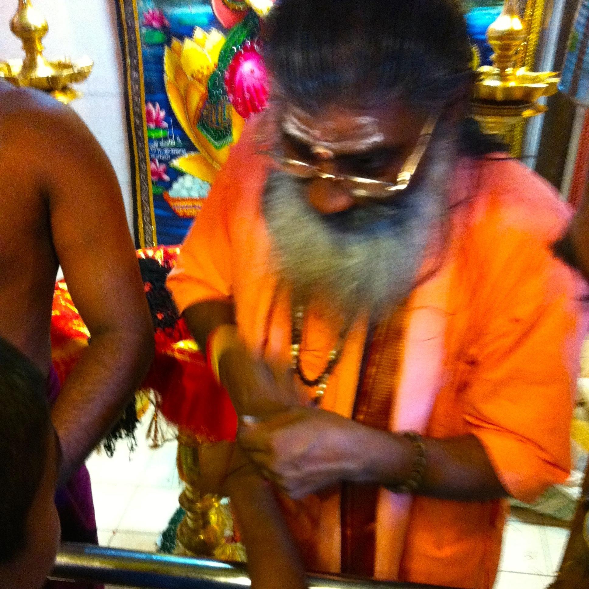 【ヒンドゥー教】信者にピリット・ヌーラを巻く僧侶... 【ヒンドゥー教】信者にピリット・ヌーラを