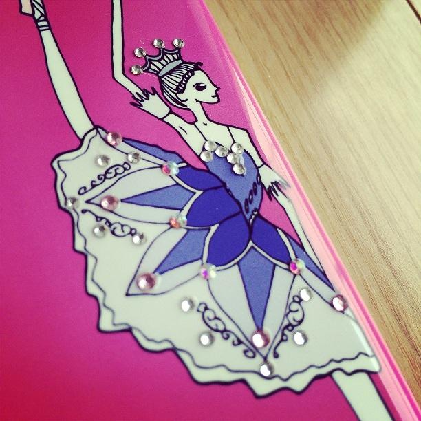 スマホケース1番人気のデザイン「リラの精」ができたワケ