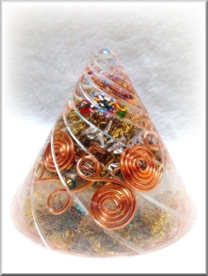 円すい型オルゴナイト(渦巻く銅線)