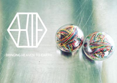 この夏の思い出をつめ込んで。「BRINGING HEAVEN TO EARTH」のガラスと糸のピアス