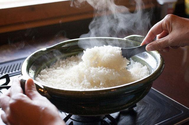 寒い日に嬉しい鍋料理だけでなく、ご飯も炊ける万能土鍋。