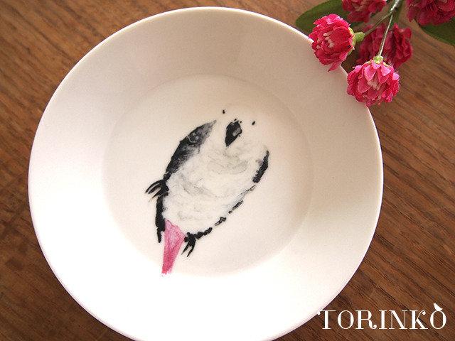 「色とりどりの小鳥のお皿」小鳥の持つ愛らしいフォルム、インコ特有の鮮やかな色彩のお皿がかわいい!