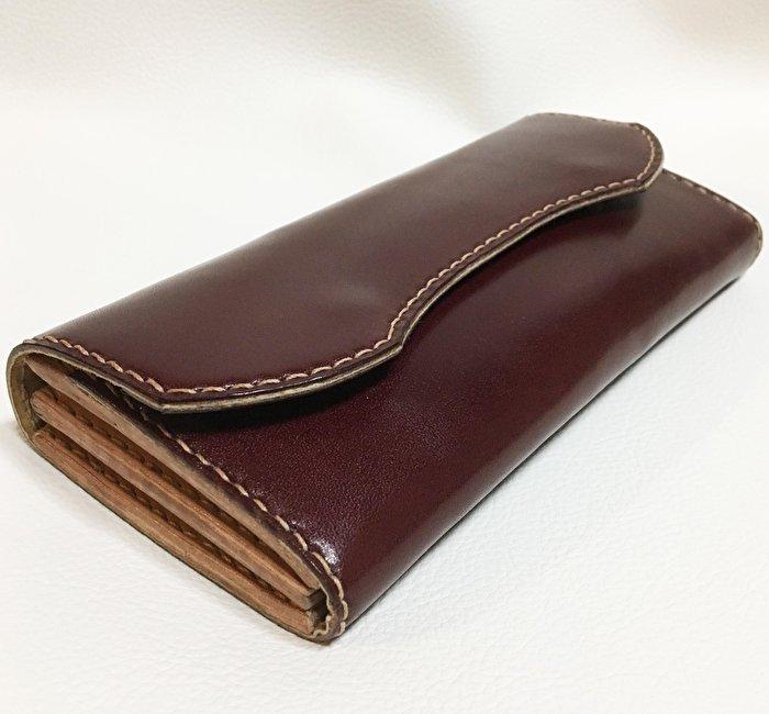 深みのある色と艶。本革製の上質な長財布