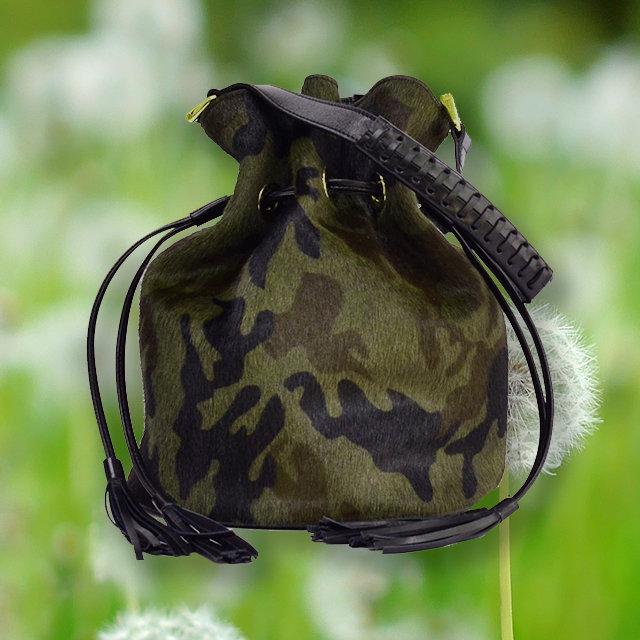 迷彩柄ショートヘアの巾着バッグは春にもオススメ。柔らかな質感が春にマッチ。