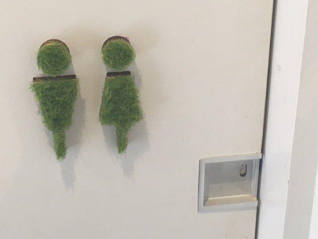 トイレの場所がすぐに分かる!もこもこ、ふわふわのグリーントイレサイン♡