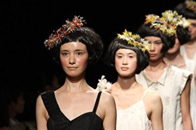 「もしもお砂糖が空から降ってきたら…」と想像してみる。葉や花が咲いたヘッドドレス
