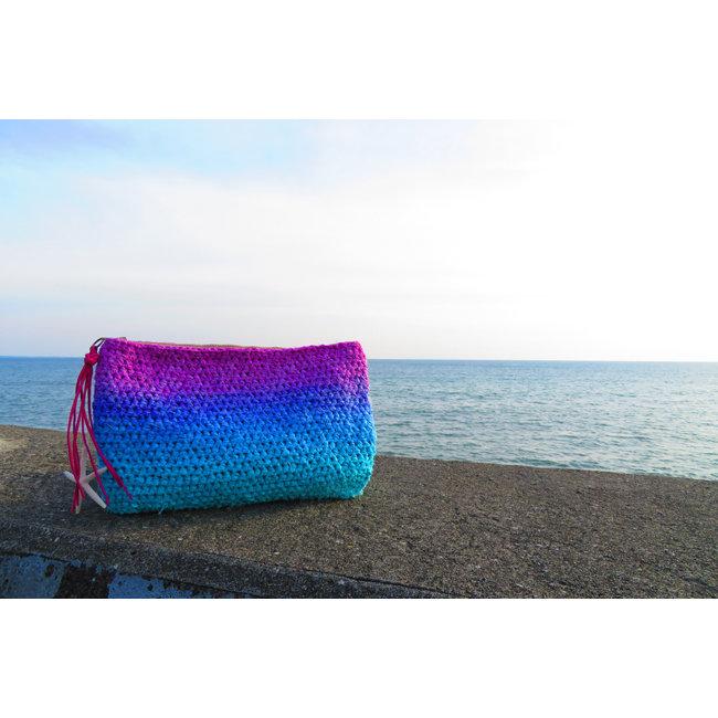 お天気のように1日の中で何度も移り変わる海の色をイメージしたグラデーション クラッチバッグ♪