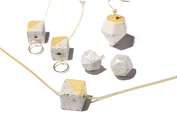 ユニークな素材とデザインで視線を釘付けに! ダイヤモンド型のコンクリー トピアス