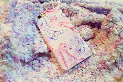 淡い色合いがメルヘンチック!乙女心をくすぐるユニコーン柄のiPhoneケース