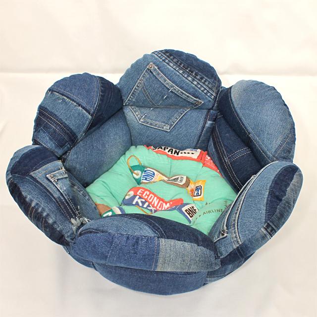 可愛いチューリップ型のデニムリメイク・ペット・ベッド です!