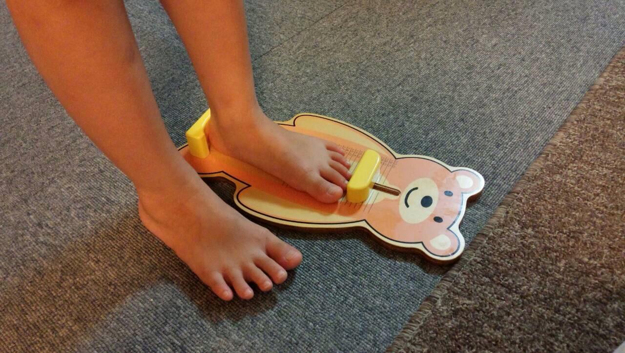 子どもに人気!可愛い足の計測器