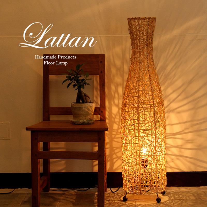 おしゃれ部屋に欠かせないのが間接照明。ラタンの手編みフロアランプ。
