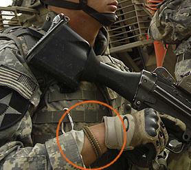 話には聞いていましたが、本当に米軍の皆様もパラコードブレスレットを装着されているんですねー。