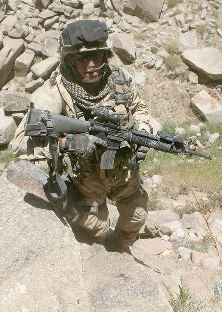 こちらの軍人さんも右手にパラコードのブレスレットを巻いていますね。御守りのようなものらしいです。
