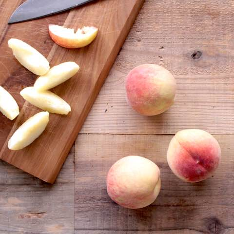 甘みたっぷりな「桃」のカット&冷凍方法