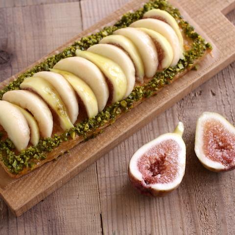 焼いてのせるだけ「甘くてジューシーな桃とつぶつぶ食感のいちじくのスクエアパイ」