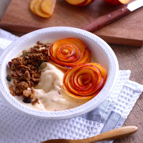 ネクタリンでお花模様にアレンジ。シナモン香るグラノーラと甘酸っぱいネクタリンのスムージーボウル