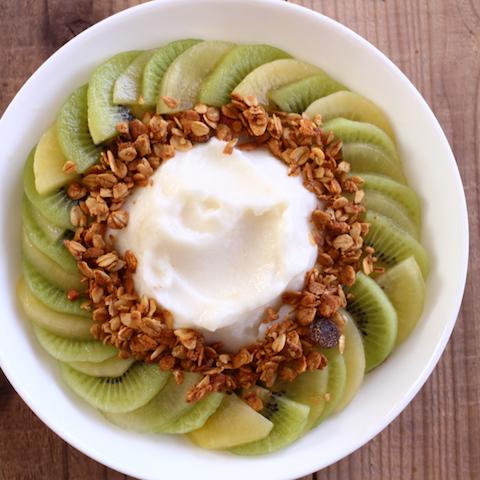 食べるスムージー。2色のキウイと真っ白な梨のスムージーボウル