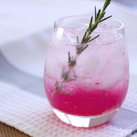 鮮やかな色の正体は。桃とローズマリーの炭酸ジュース