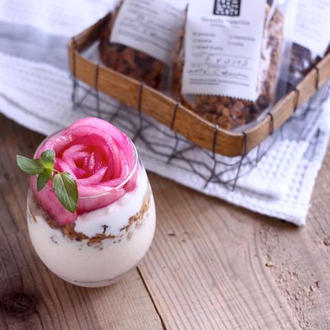 ピンクのお花を主役に。ジューシーな桃とトロトロマンゴーのスムージー