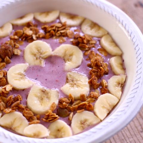 食べるスムージー。ハート&花模様のバナナとパープルベリーのスムージーボウル