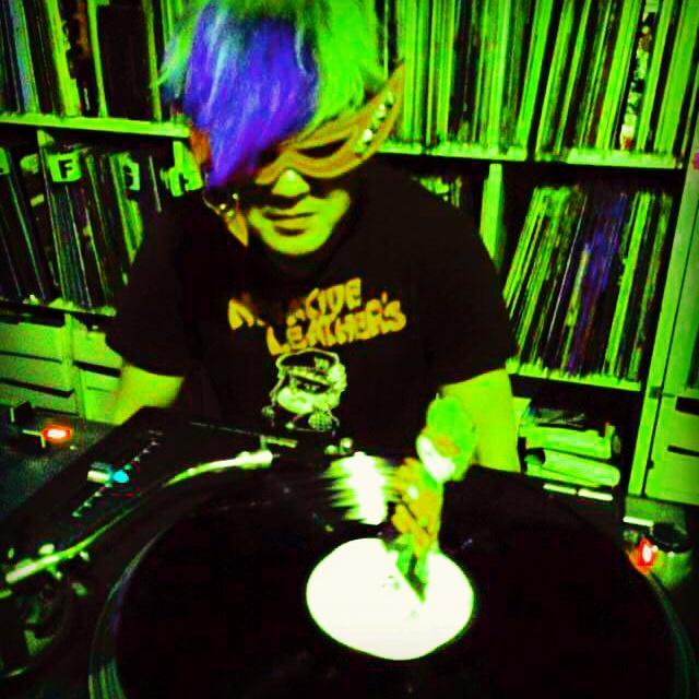 DJ中のブルー。
