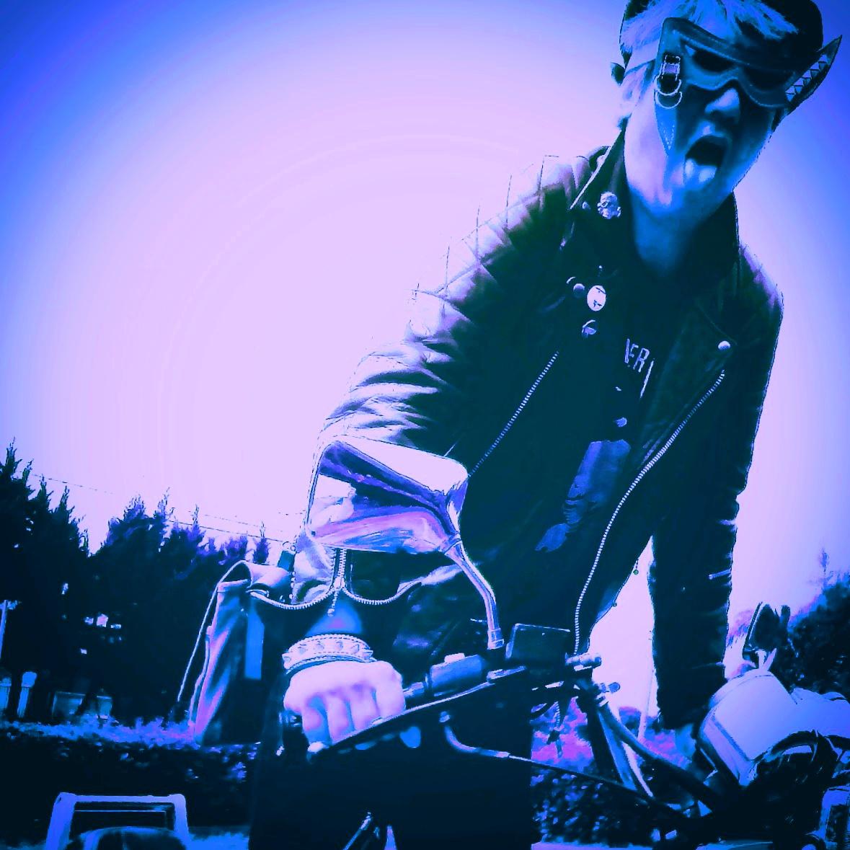 福岡県糸島市のパンクレザー職人こと、レザークラフト ハンドメイド作家の「ブルー」です\(^o^)/