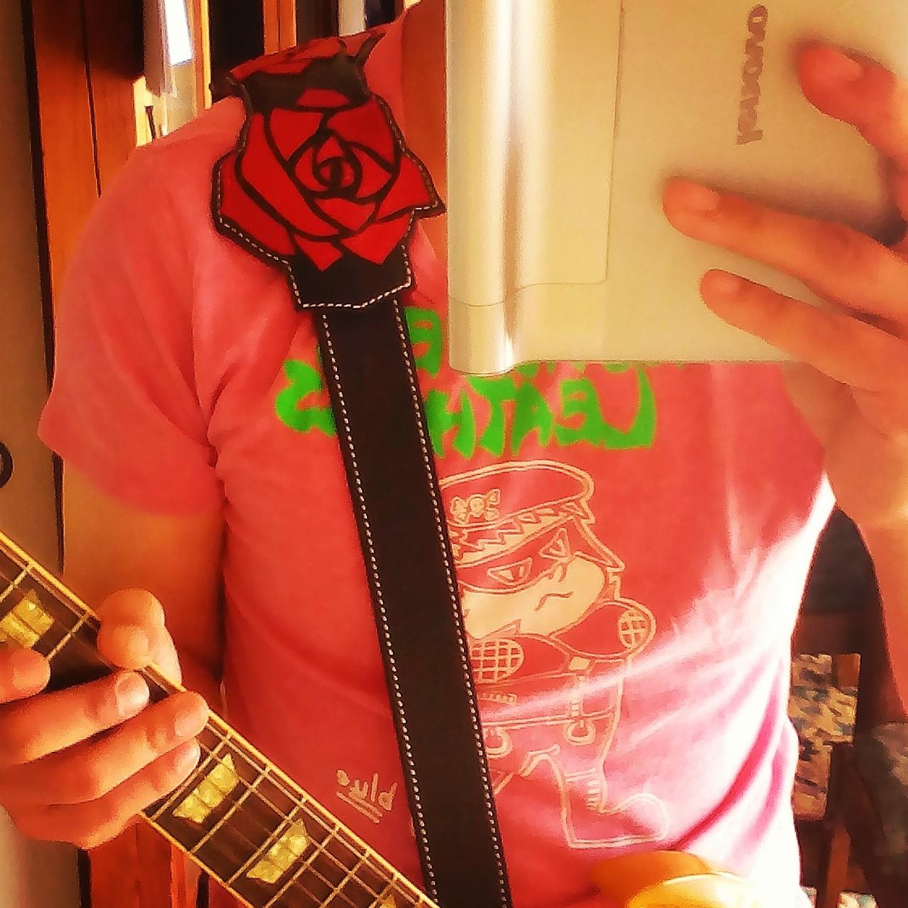 ネガティブレザーズが製作した、オーダーメイドギターストラップです。薔薇をモチーフにしています。\(^