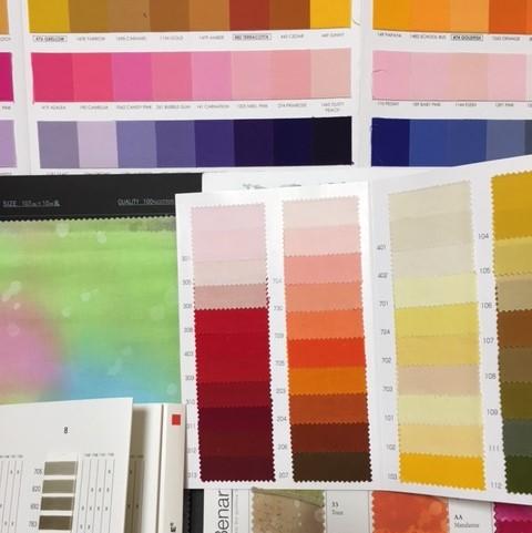 ハワイアンキルトの布地選びに迷い、好きな色に囲まれて。