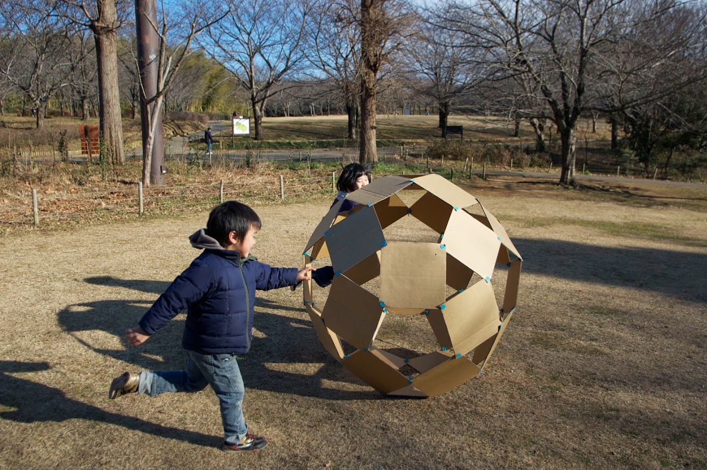 寒いから、makedoでデッカいサッカーボールを作って外で遊ぼう!