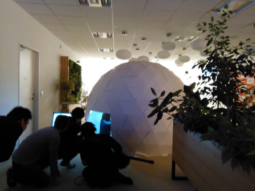 テレビ東京「ガイアの夜明け」に、段ボール製ドーム型スクリーン「ProVR」が登場しました。