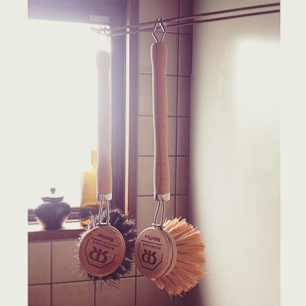 台所仕事が楽しくなる道具、REDECKERのディッシュブラシ。