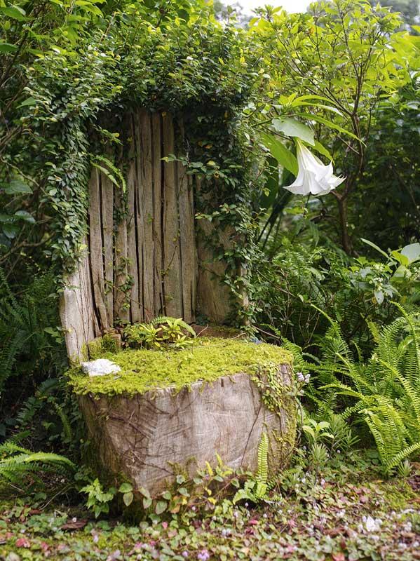 古びてしまった流木の椅子