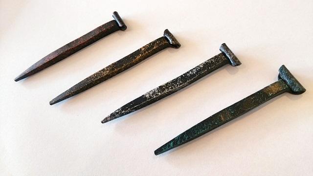"""日本の伝統の技""""和釘""""を打つ職人がつくりだす 三條和釘箸置き・雅(みやび) 巻頭釘を模したデザイン"""
