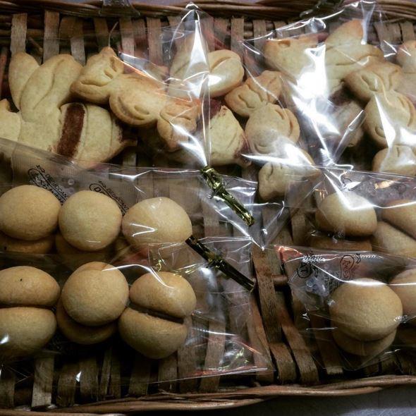本店人気のクッキー「ハチのハチミツクッキー」と「お返しのキス」登場しました!