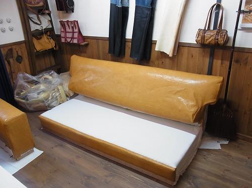 ソファー革張り完成です!
